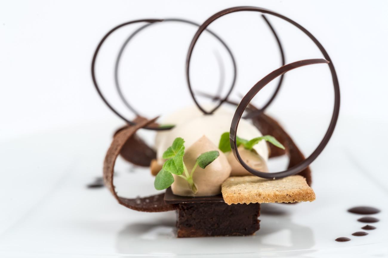 CHOCOLAT sur un sable au sarrasin _ cremeux au chocolat Arcato _ glace Tonka _ Julien Lefebvre _ CordeillanBages.jpg