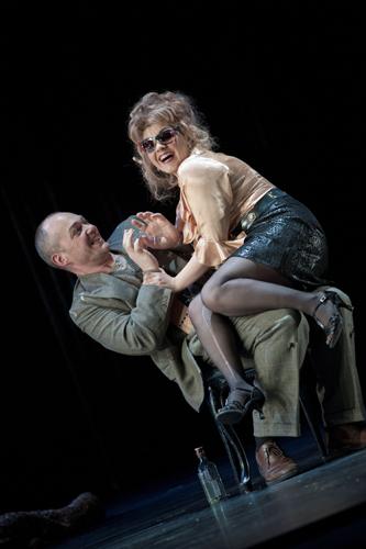 """Susana Gaspar como Papagena e Christopher Maltman como Papageno, na ópera """"A Flauta Mágica""""  (crédito: Mike Hoban/Royal Opera House)"""