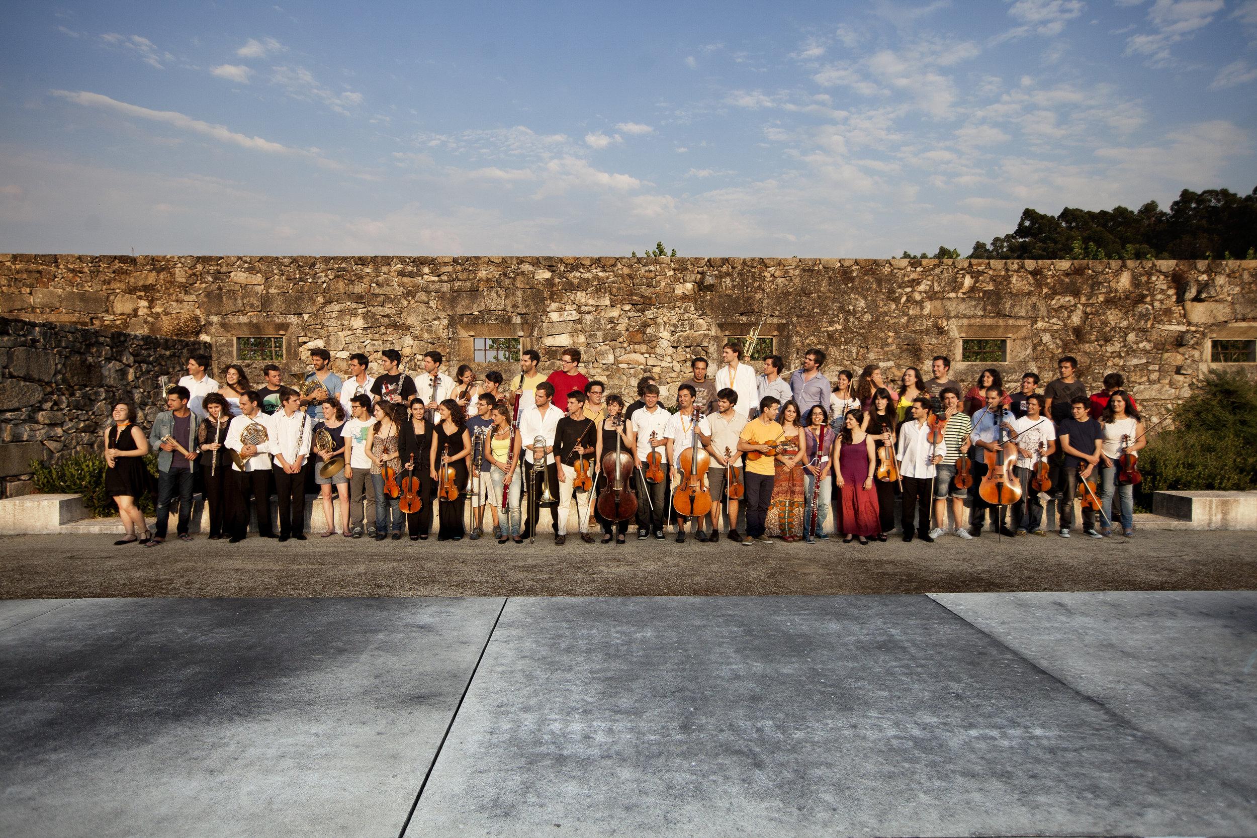 A primeira fotografia da orquestra XXI, no mosteiro de tibães em 2013 (c) joana bourgard/público