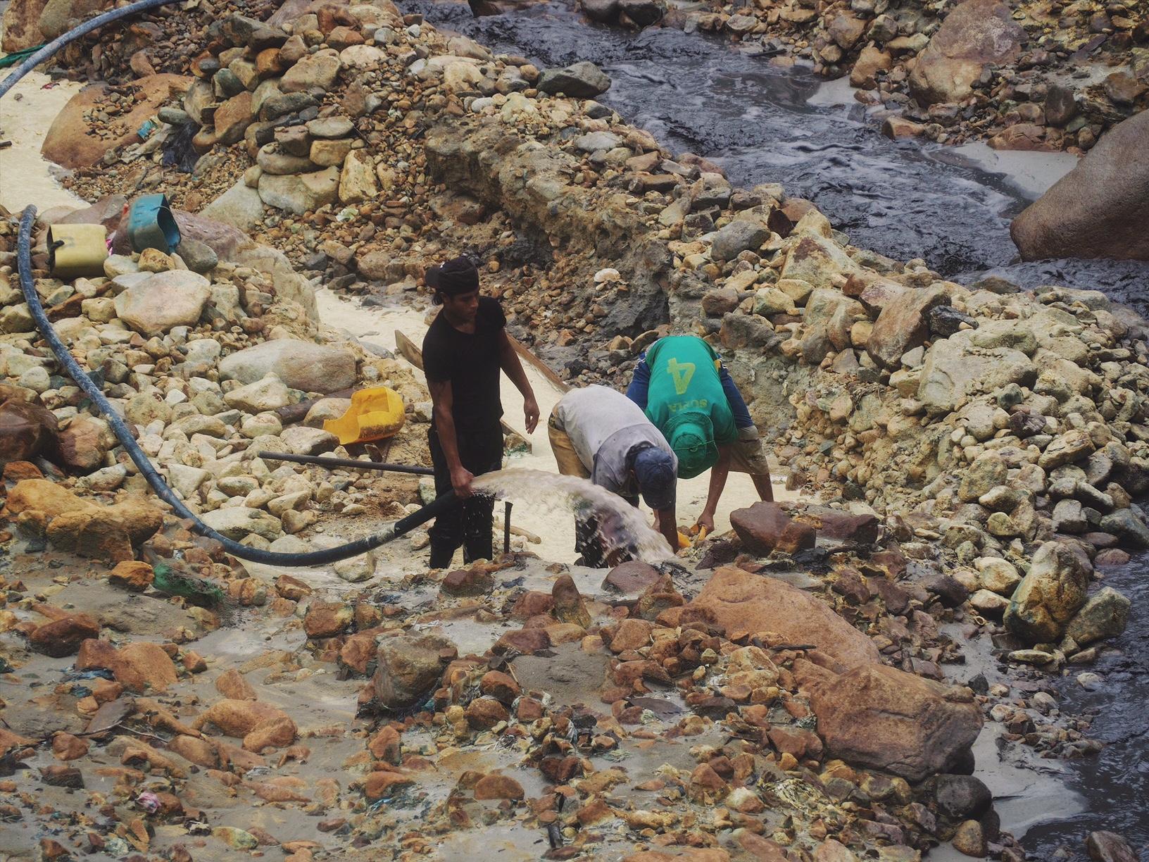 Small mining operation along the Rio Cauca