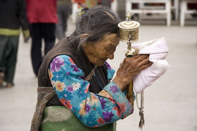 tibetan-woman-praying-lhasa-barkhor.jpg
