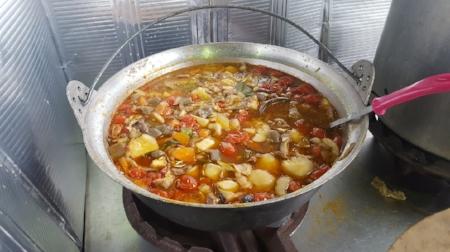 こちらはじゃがいもとトマトと猪肉の煮込みです。食べたかったのですが、あまり何杯もおかわりするのは気が引けて、こちらは食べませんでした。でも本当は食べたかった(泣)