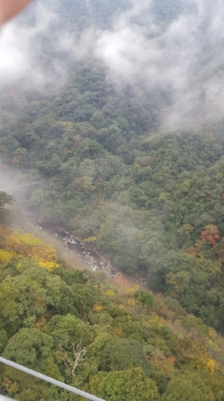 地上からの高さは約150メートルです。下に川が見えます。