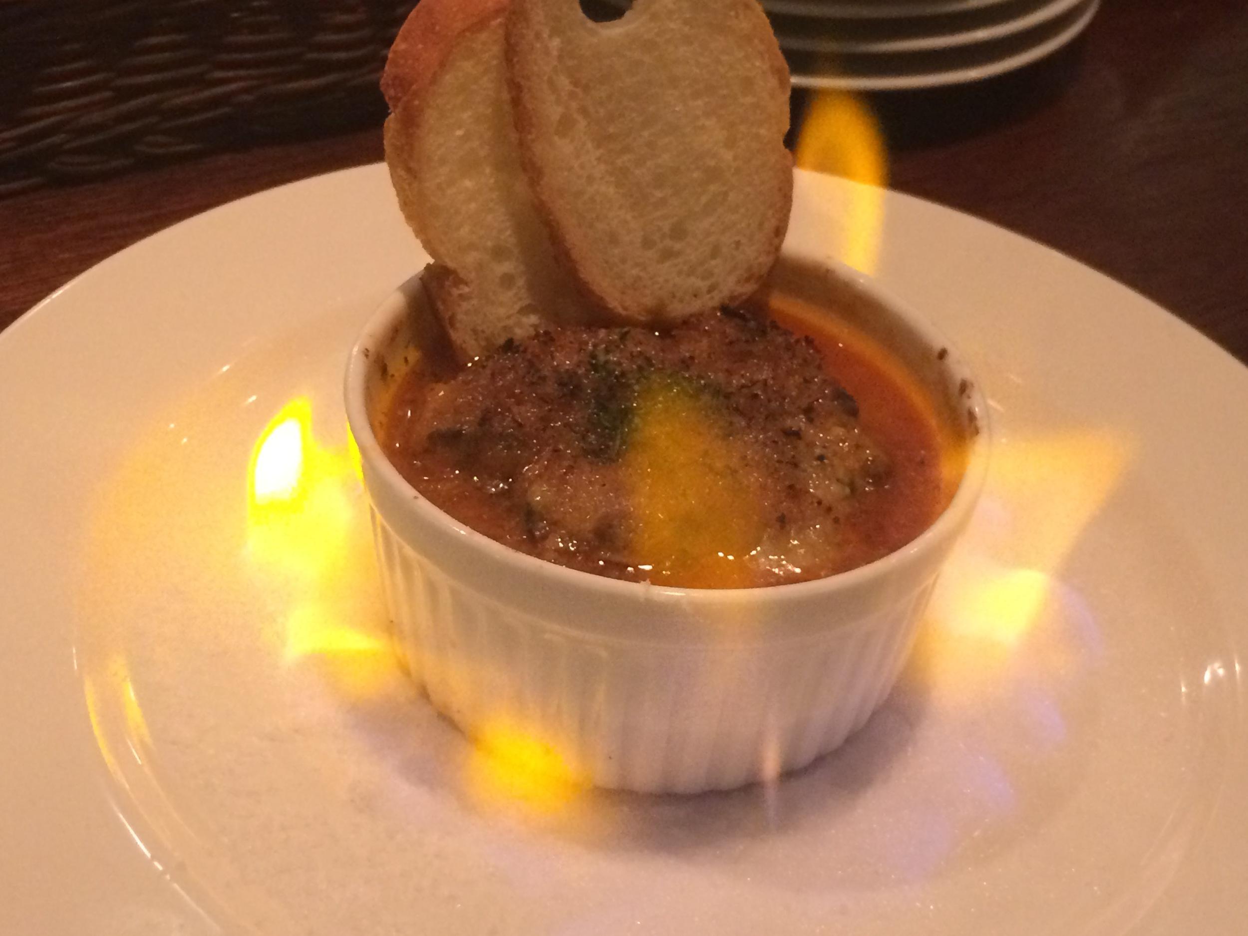 本日のおすすめ   牡蠣とラタトゥイユのガーリックバター焼き   大ぶりの牡蠣を二つラタトゥイユの上にのせ、ガーリックバターのソースでオーブン焼きにした大人気の一品。炎の中で暫く焼いてからお召し上がりいただきます。