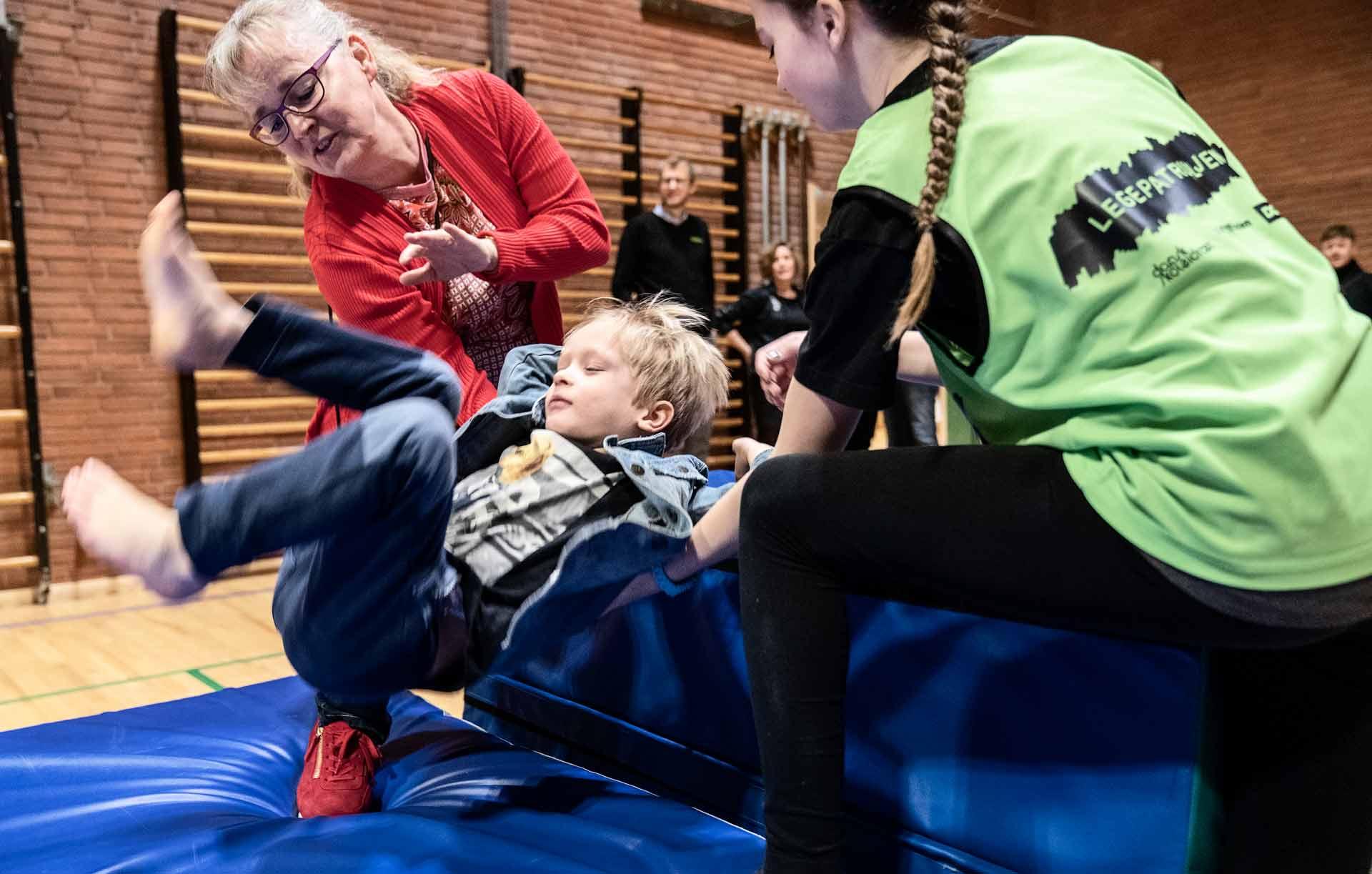 Søndermarksskolen i Slagelse viste ved et besøg i december folketingspolitiker Karin Nødgaard (DF) en række eksempler på en skoledag fuld af bevægelse. Karin Nødgaard, der selv har en baggrund som idrætslærer i folkeskolen, trådte til med en hjælpende hånd ved Legepatruljen.