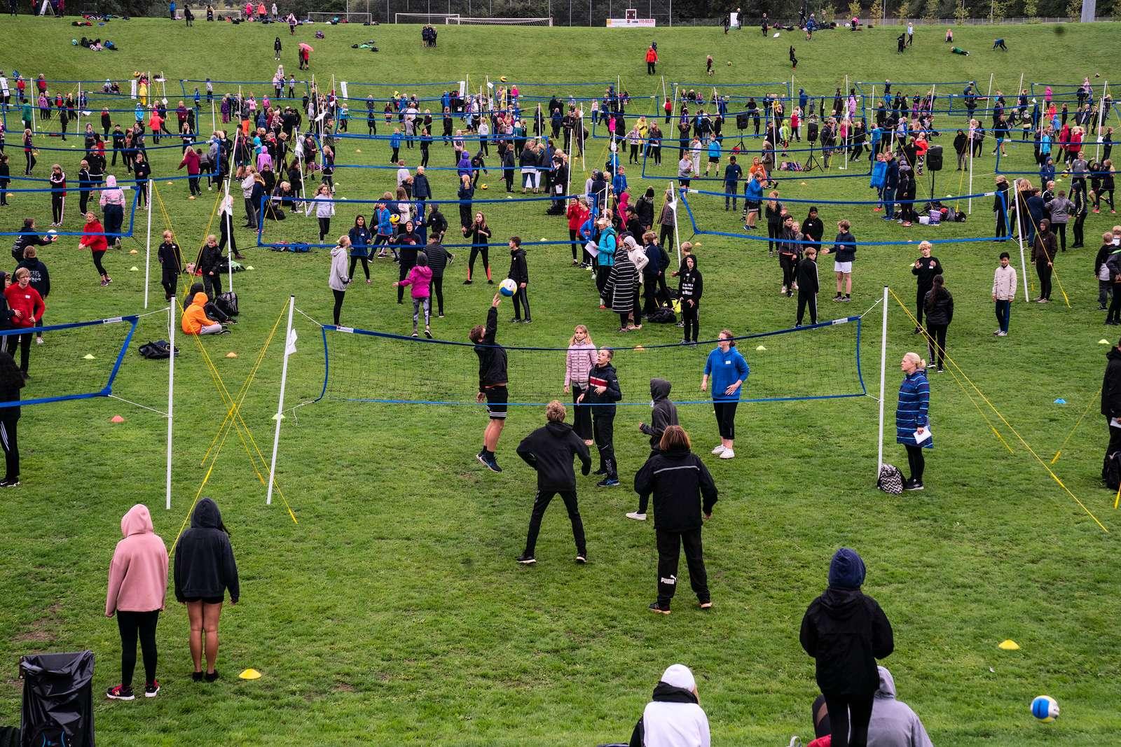 Dansk Skoleidræt Kreds Fyn stod i 2018 bag det største kids- og teenvolleystævne nogensinde. 1.333 elever fordelt på 308 hold fra skoler i Svendborg Kommune havde en festlig dag.