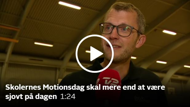 Skolernes Motionsdag giver mere end 700.000 elever en god dag med masser af bevægelsesaktiviteter. I Ishøj var byens skoler samlet til et fælles arrangement, og TV2 News fangede Dansk Skoleidræts generalsekretær, Bjørn Friis Neerfeldt, til et interview om, hvad dagen kan.