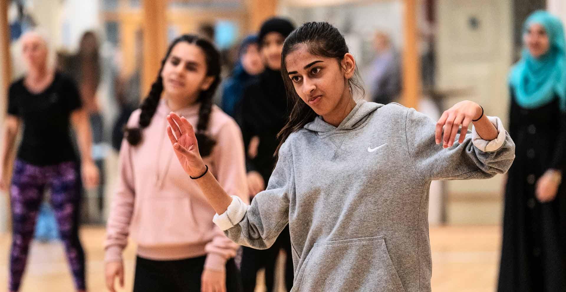 Udskolingseleverne fra alle skoler i Ishøj Kommune havde fælles Skolernes Motionsdag. Mere end 800 elever fik sig en på opleveren med en dag, hvor de prøvede kræfter med alt fra dans og friluftsliv til basket og volley.