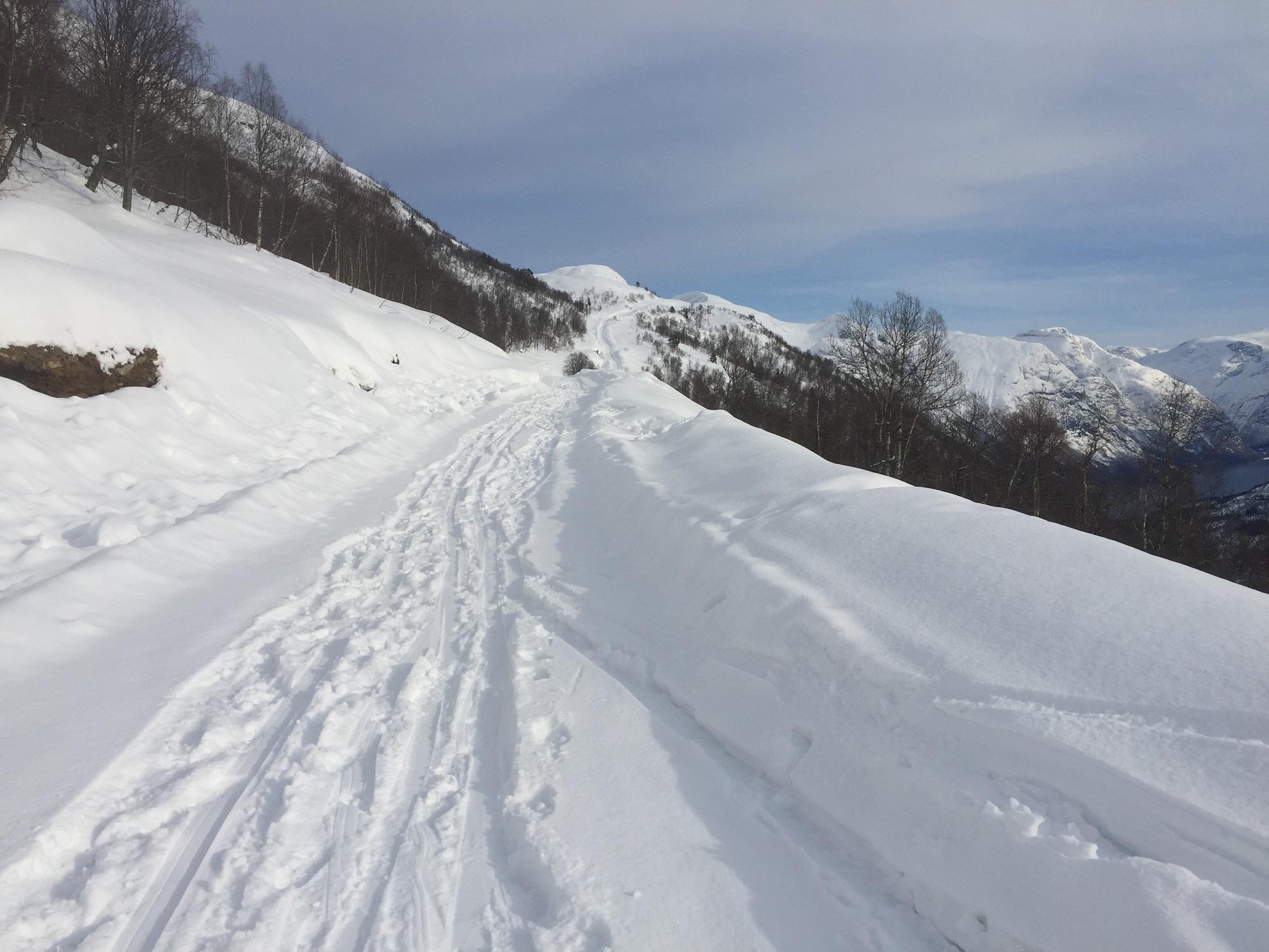 Vegen mot toppen er snart klar. Nokre har testa vegen på ski!