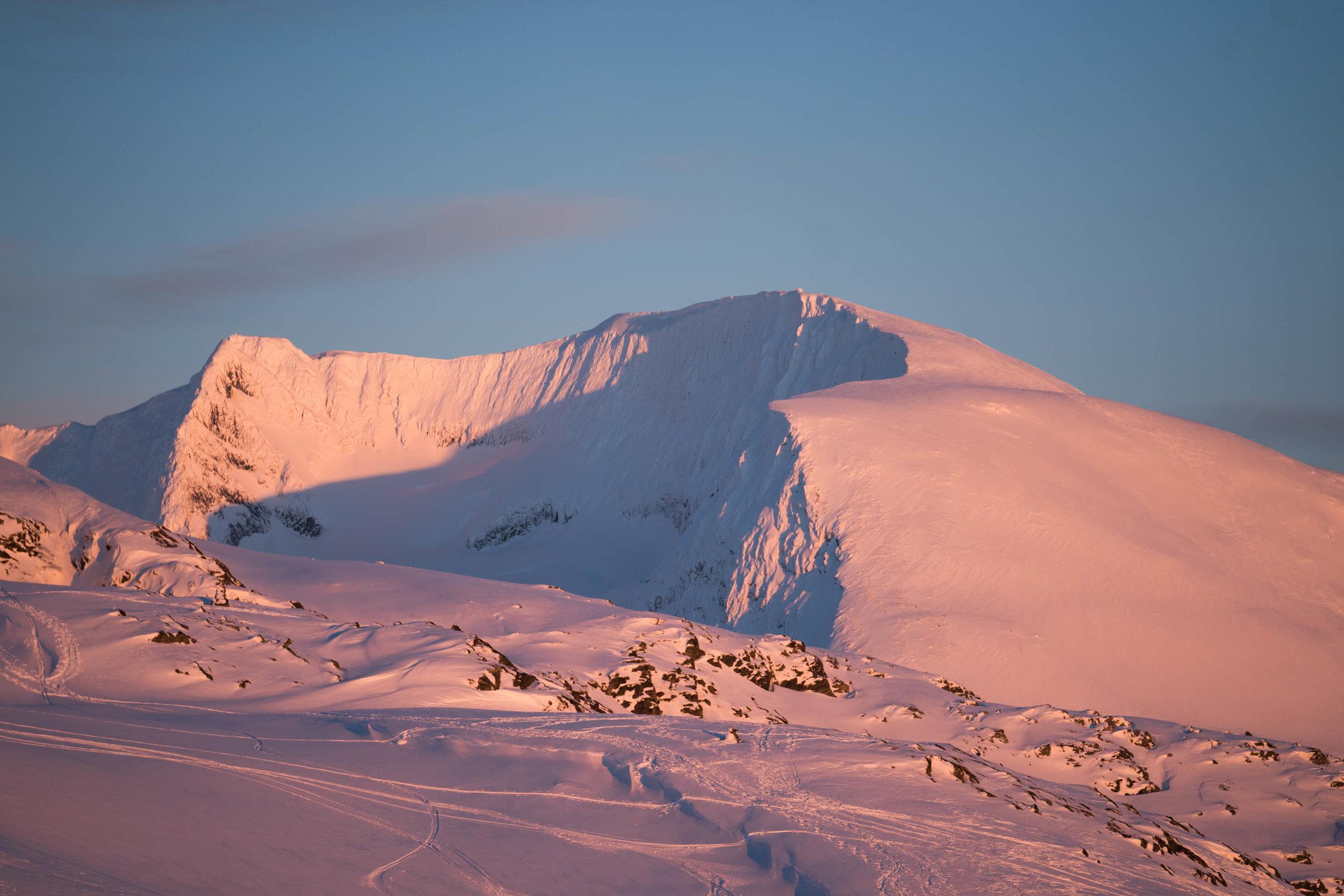 Skåla sett frå Hoven. Foto: Bård Basberg/Loen Skylft