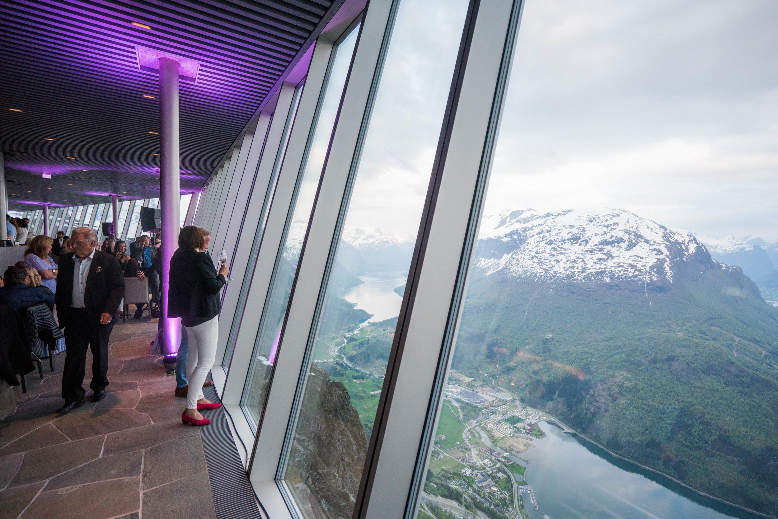 HOVEN RESTAURANT & BAR   Hoven Resstaurant finn du på toppen av Hoven, berre nokre meter gjennom gongen frå Loen Skylift. Her får du matopplevingar heilt på kanten, 1011 meter over Nordfjorden.