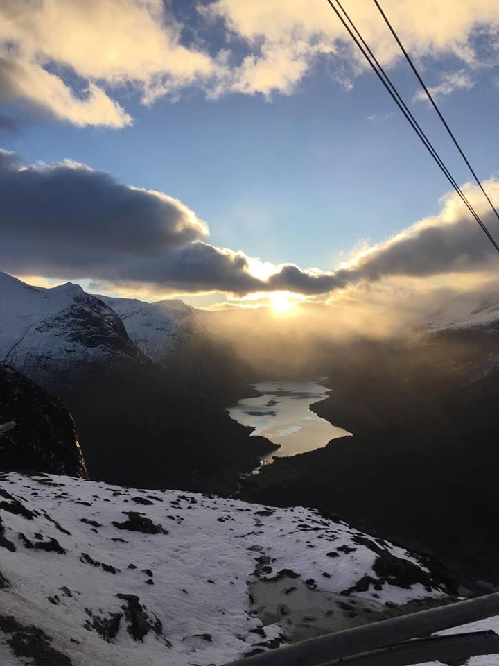 Utsikta frå Loen Skylift i dag. Vakker soloppgong over Lodalen.