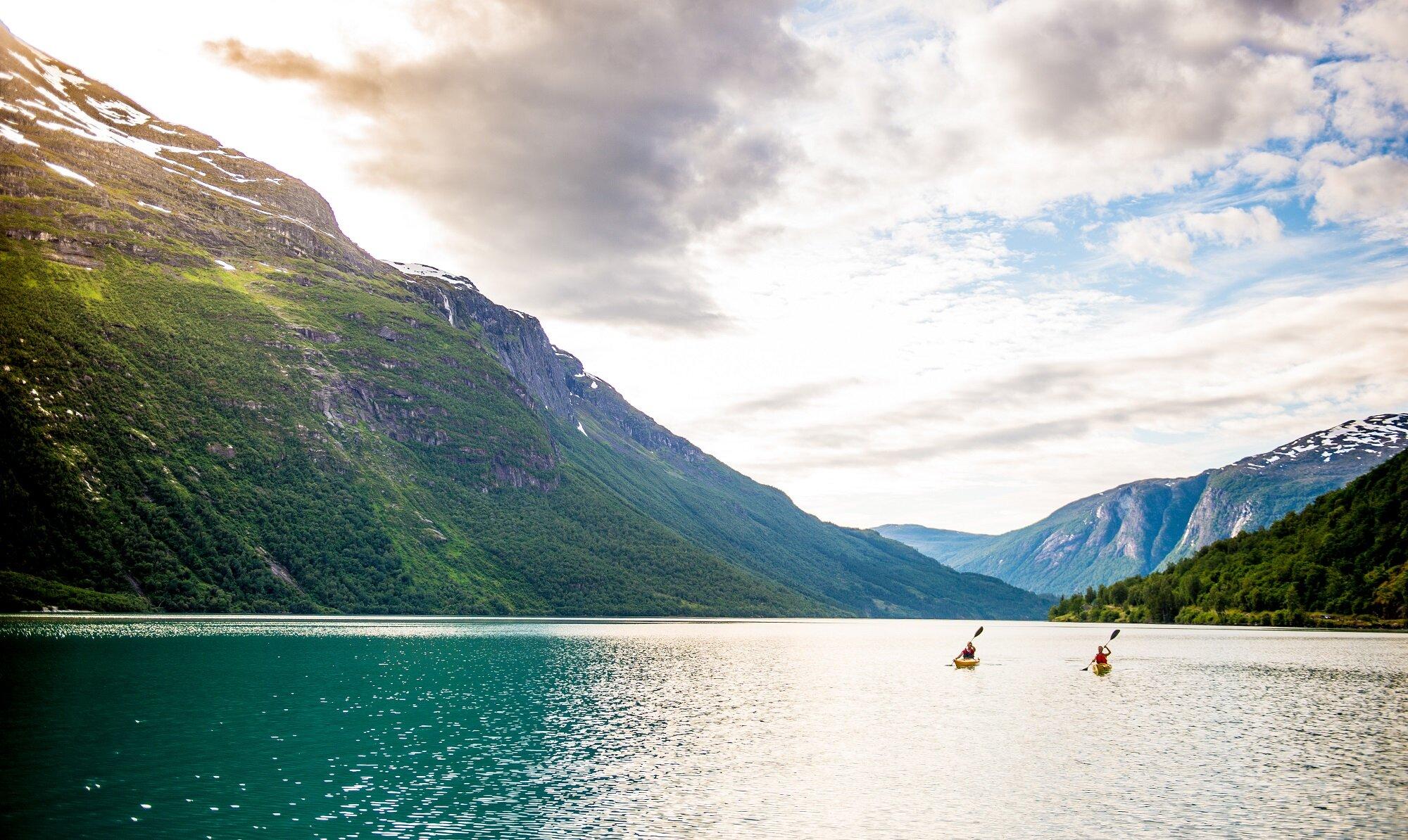 Kjakk på Lovatnet. Foto: Sverre Hjørnevik/Fjord Norge