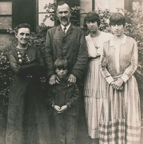 Gertrude Davenport (left) with Charles Davenport and others, 1916 | Source APS.