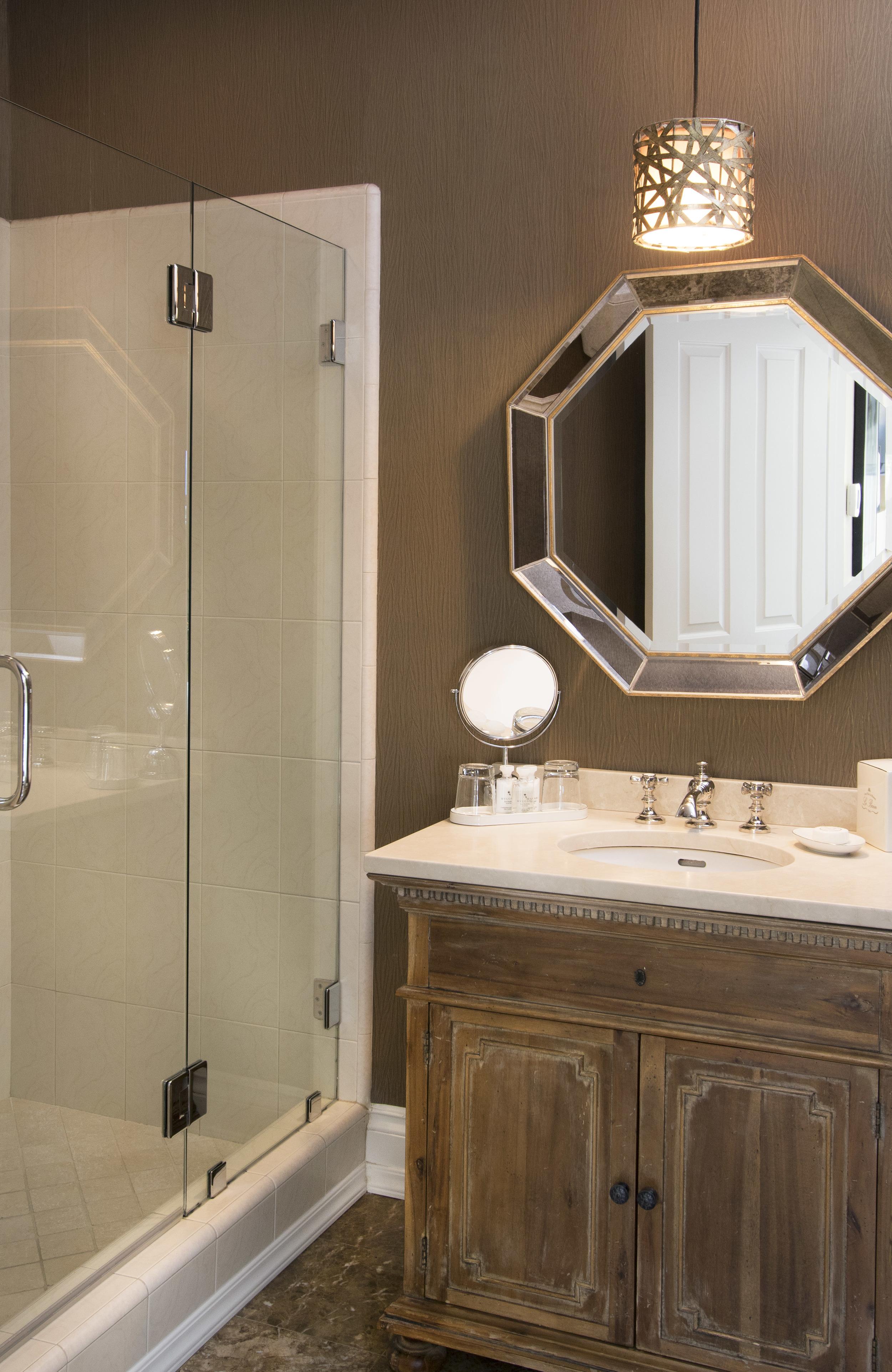 Queen Downstairs bathroom