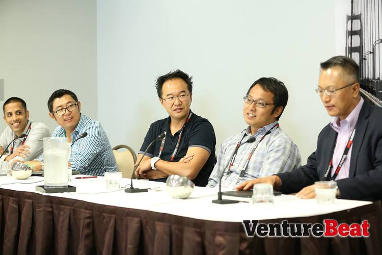 James Zhang – 左边的第二位