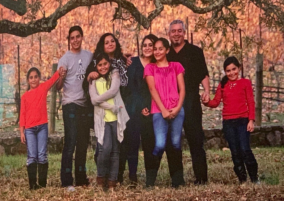 Lorena and Rolando with their six children.