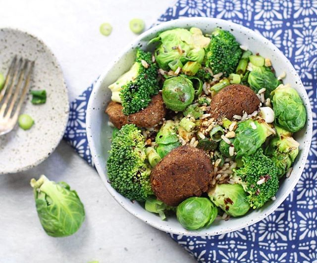 Is anyone else obsessed with Brussels sprouts?!🙈 Green veggie bowl w/ broccoli, brown rice, brussels sprouts and @bitemefinefoods organic vegetarian Falafels topped with dukka + spring onion 😍 . . . . . . . . . . . . . #goodfood #wholefood #nourish #wholefoods #veganeats #vegan #healthyfoodshare #dairyfree #glutenfree #organic #jerf #wellness  #eatclean #eatwell #healthyeats #realfood #healthyfoodshare #eattherainbow #plantbased #healthysnack #vegansofig #foodie #cleaneats #cleaneating #glutenfree #feedfeed #sugarfree #nutrition #food52
