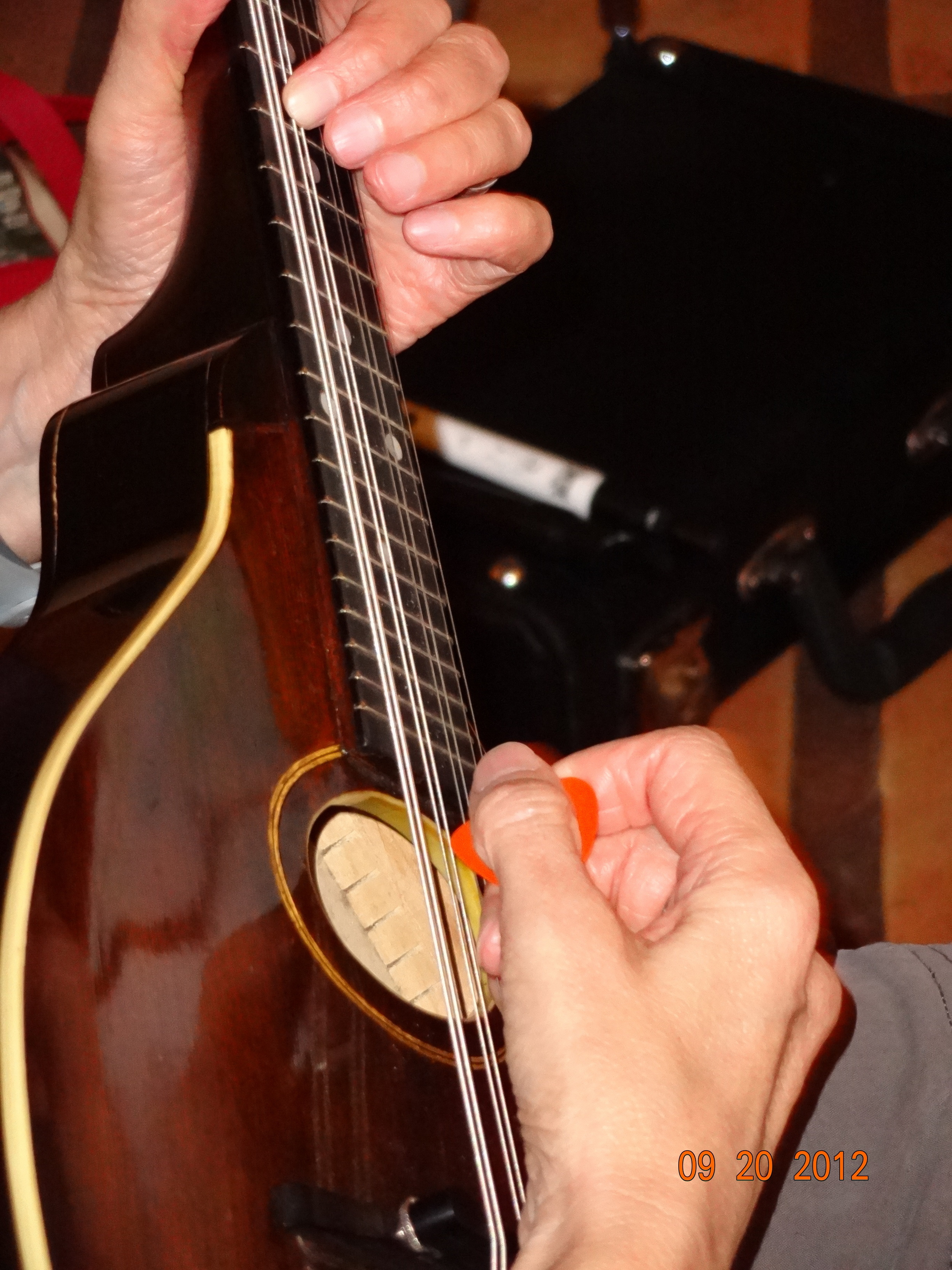 limell' plays a 1915 Chocolate Gibson