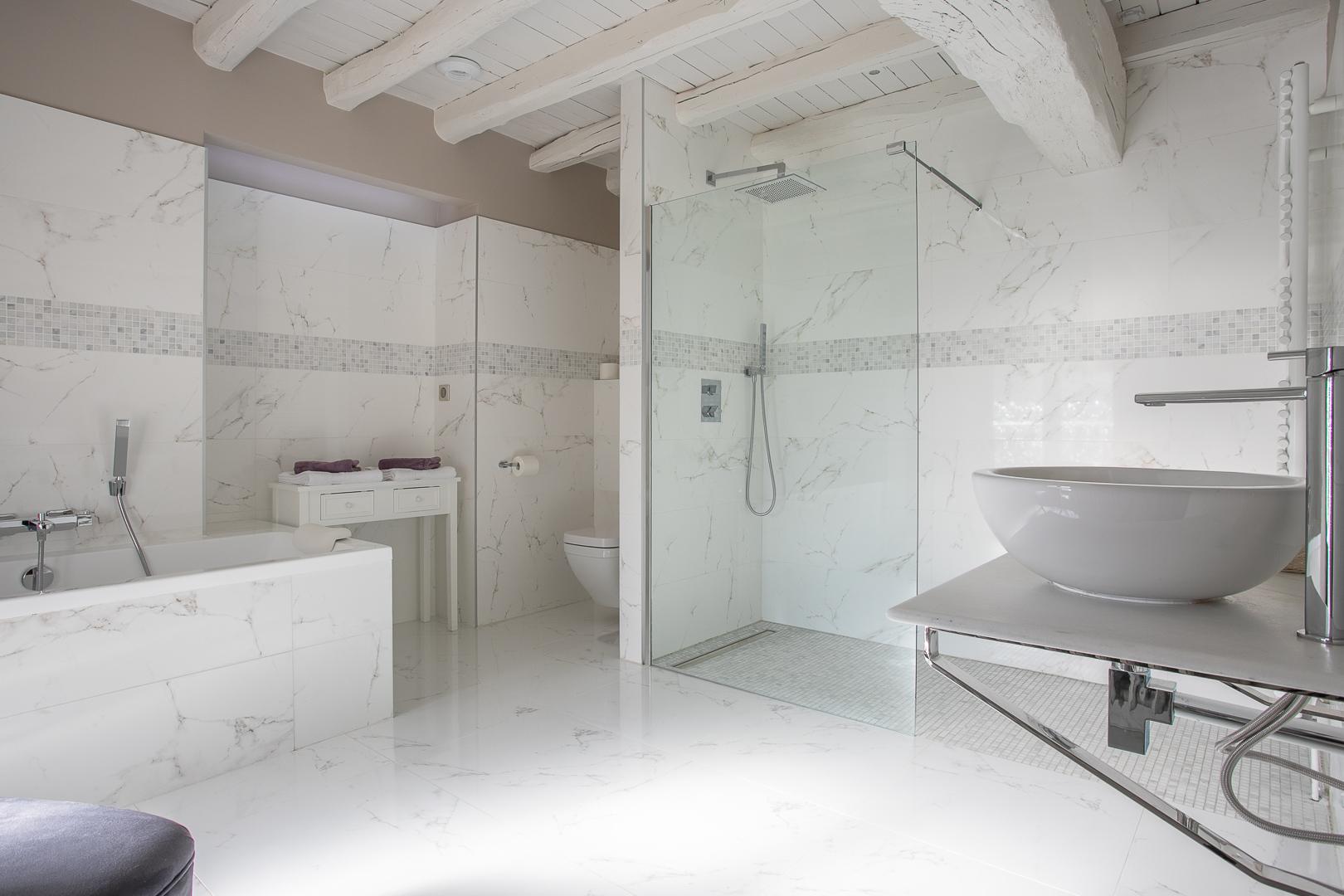 Chambre Chablis, vue générale de la salle de bains