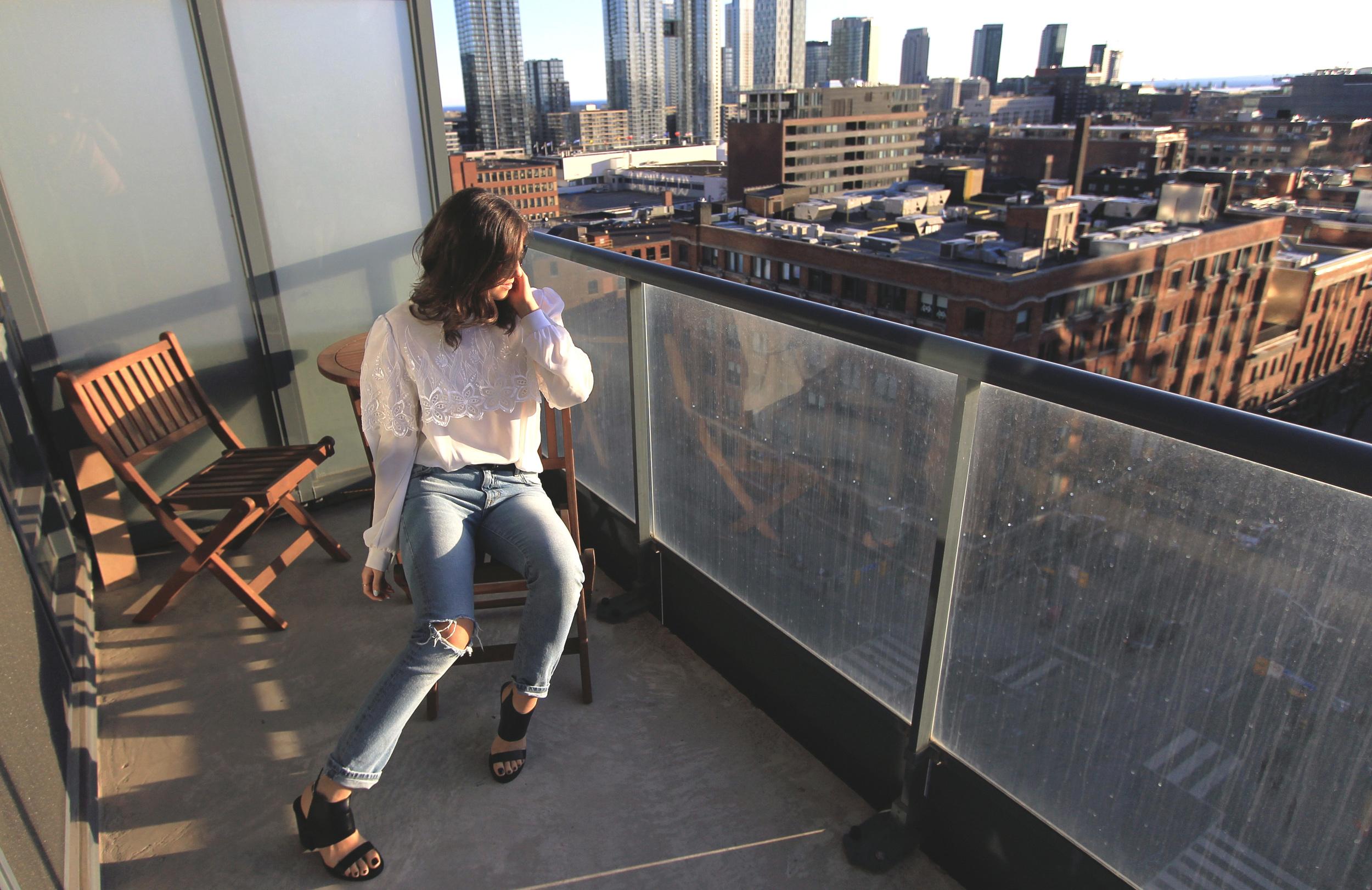 outfit-fashion-blogger-toronto-lightwash-zara-jeans.jpg