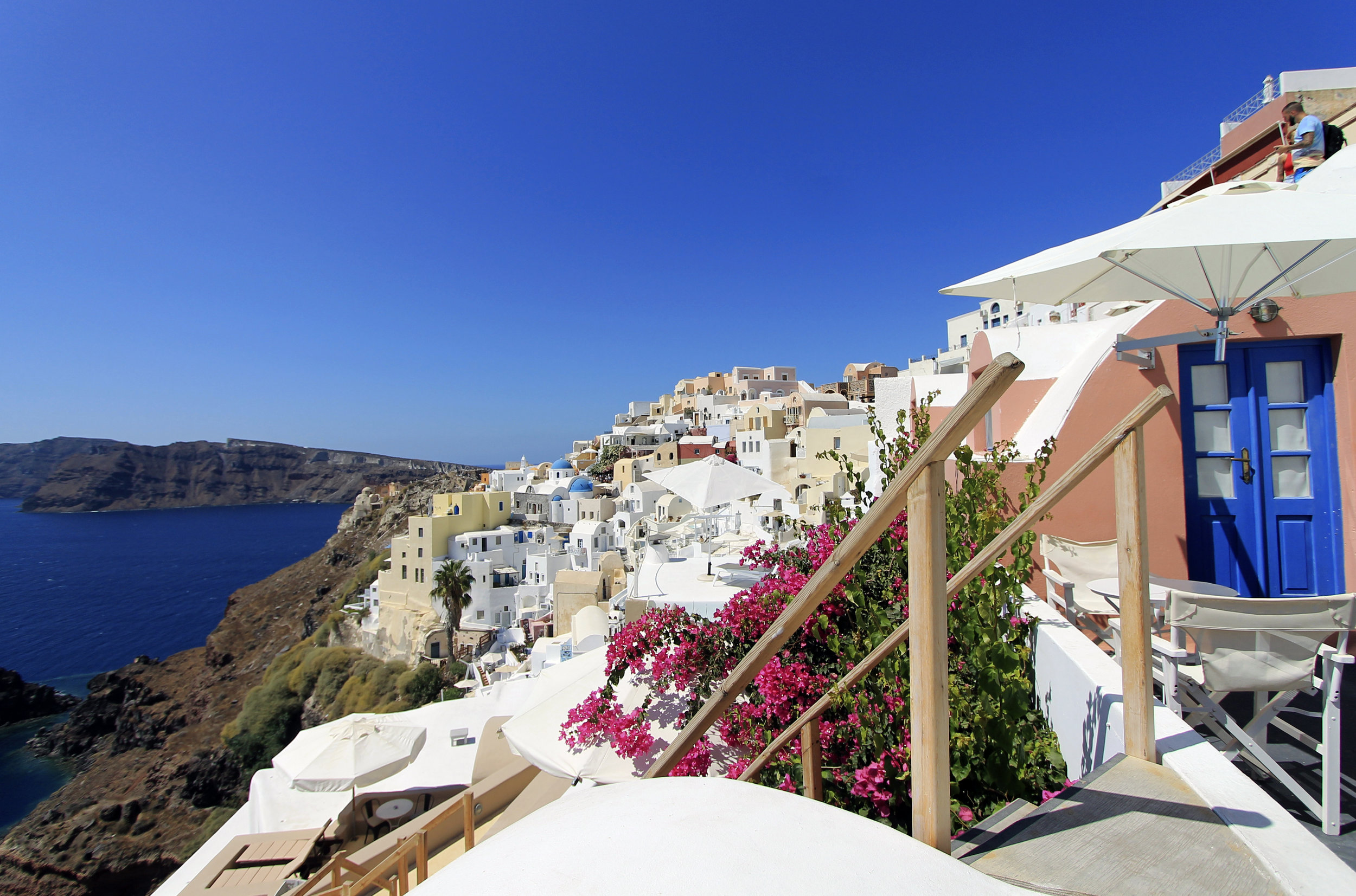 oia houses cave white colourful sunlight summer vacation.jpg