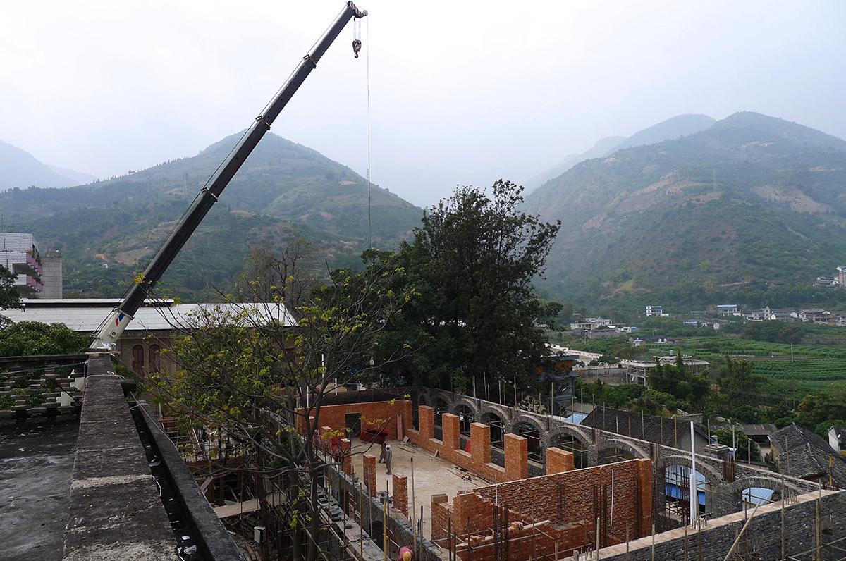 施工中的咖啡莊園:吊裝單向拱的大跨度鋼梁