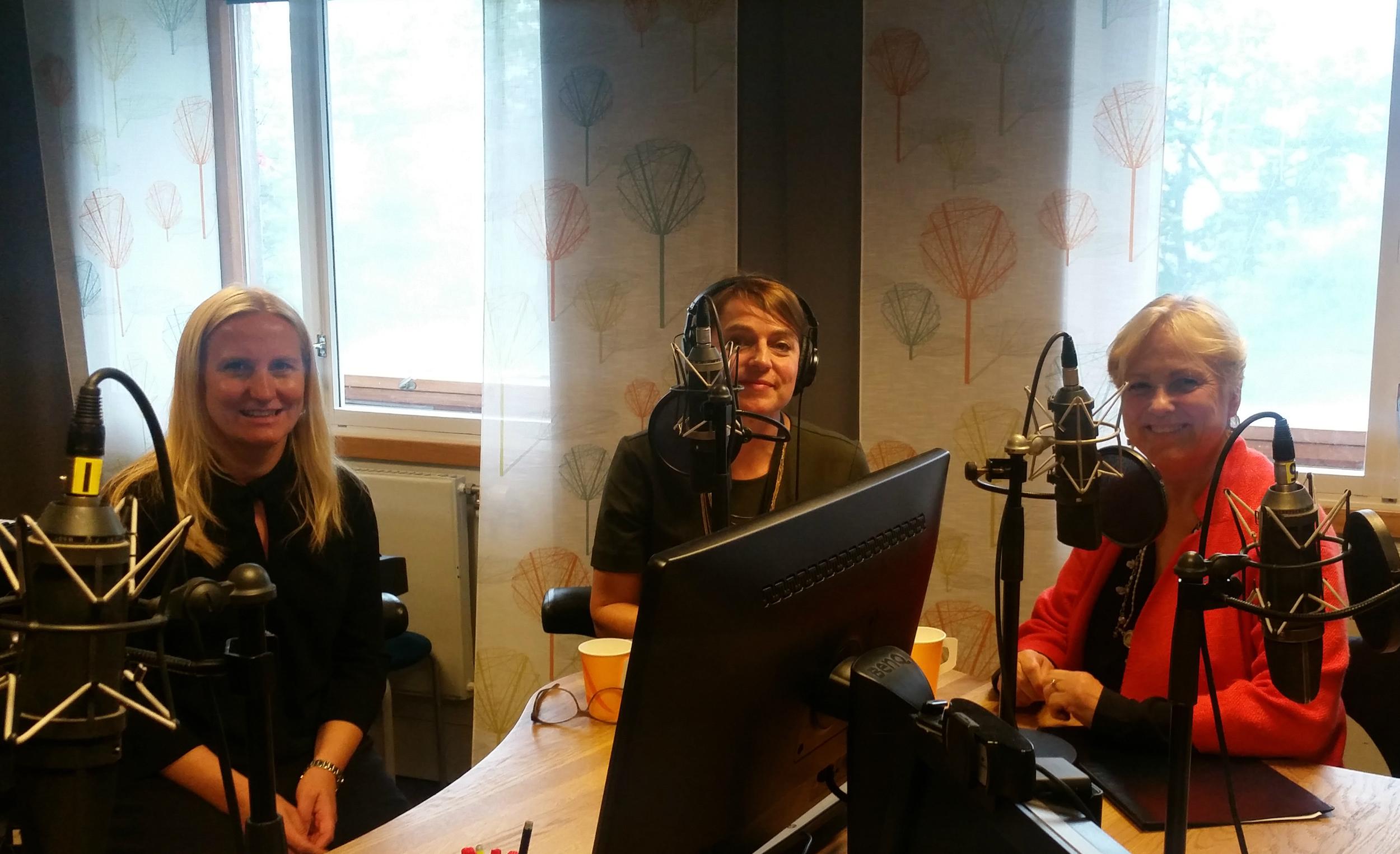 KUNSTERØKONOMI:  Serien «Hva lever du av?» medførte at kulturminister Thorhild Widvey (t.h.) måtte svare for seg i Kulturhuset NRK P2. Foto: NRK P2.