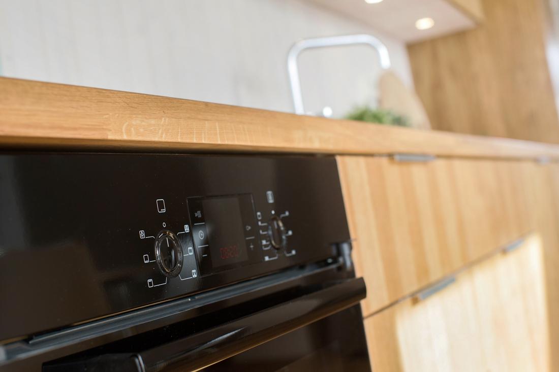 Kjøkken i heltre eik, med integrerte hvitevarer. Hurdal Økolandsby