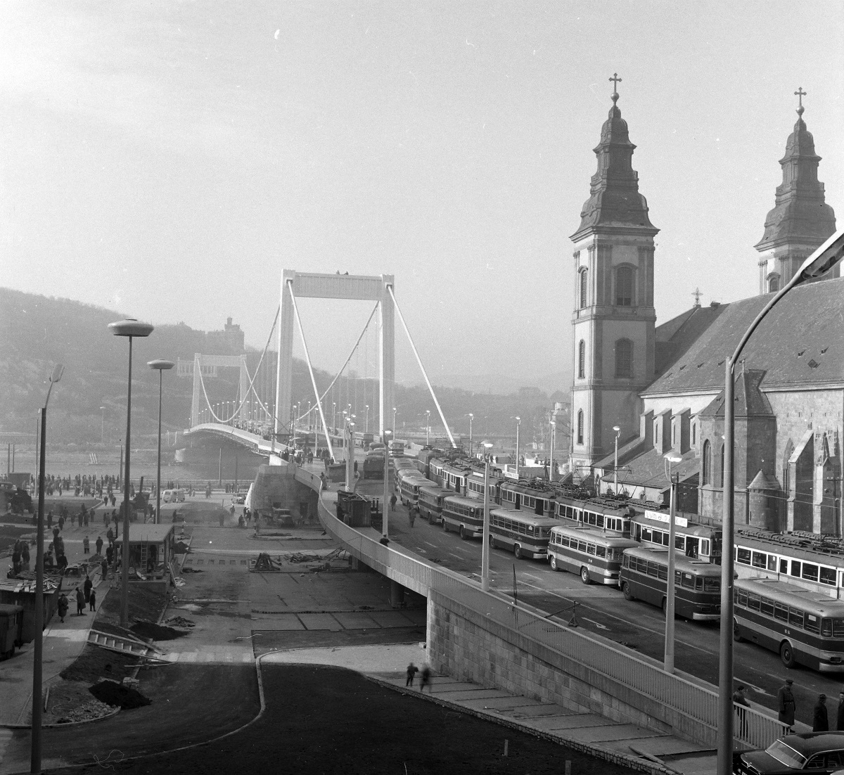 Fotó: Erzsébet híd Pestről nézve, terheléspróba, Budapest V. ker., Magyarország, 1964 © Fortepan / UVATERV