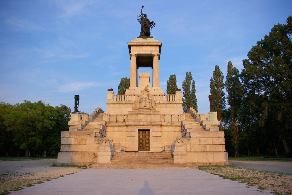 Lajos Kossuth's crypt via Wikipedia Commons