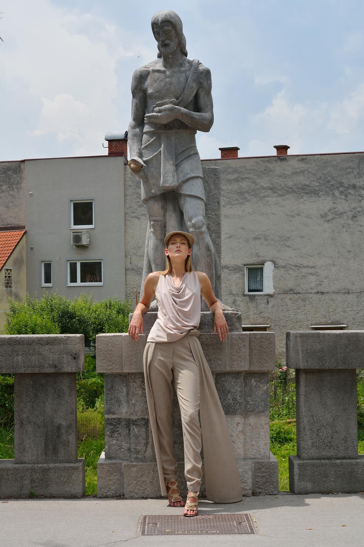 hlače Janja Videc  majica Simona Kogovšek  pokrivalo Firma by Sanja