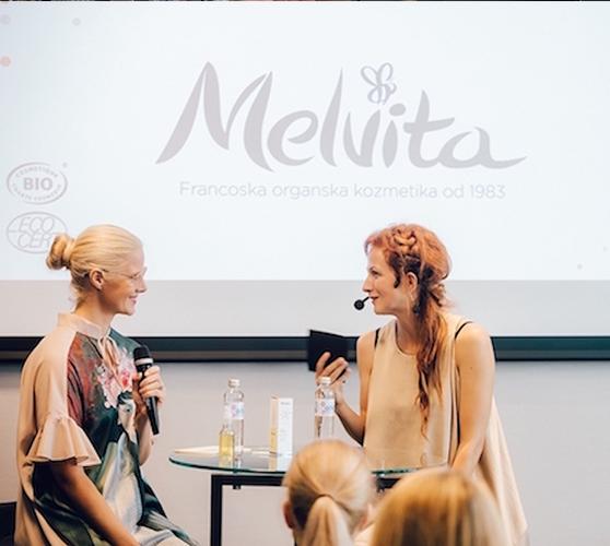 Tina Černeka Berlot  vodja prodaje pri Melviti nosi srajco  Firma by Sanja  in  Nika Veger  urednica Beautyfull blog nosi  tuniko JSP  na predstavitvi izdelkov  Melvita