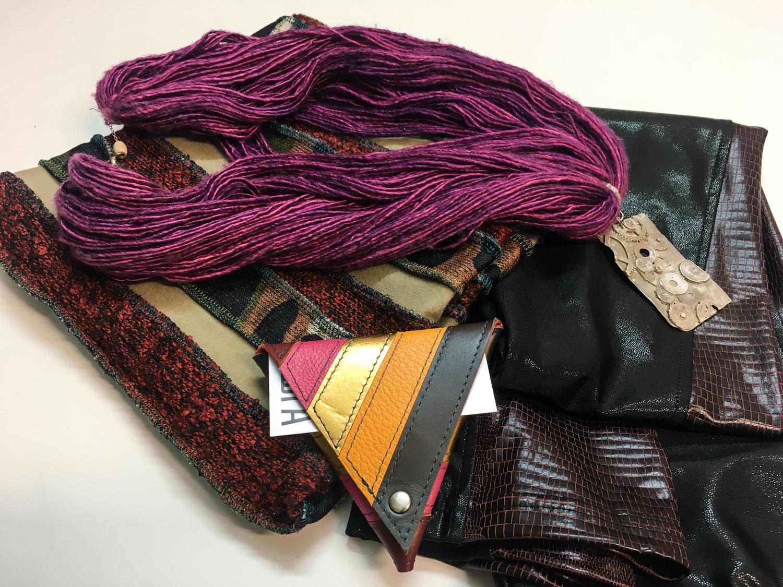 Simona Kogovšek hlače, Firma šal ovratnik, Zelolepo drobižnica, Dalija Sega ogrlica na svili