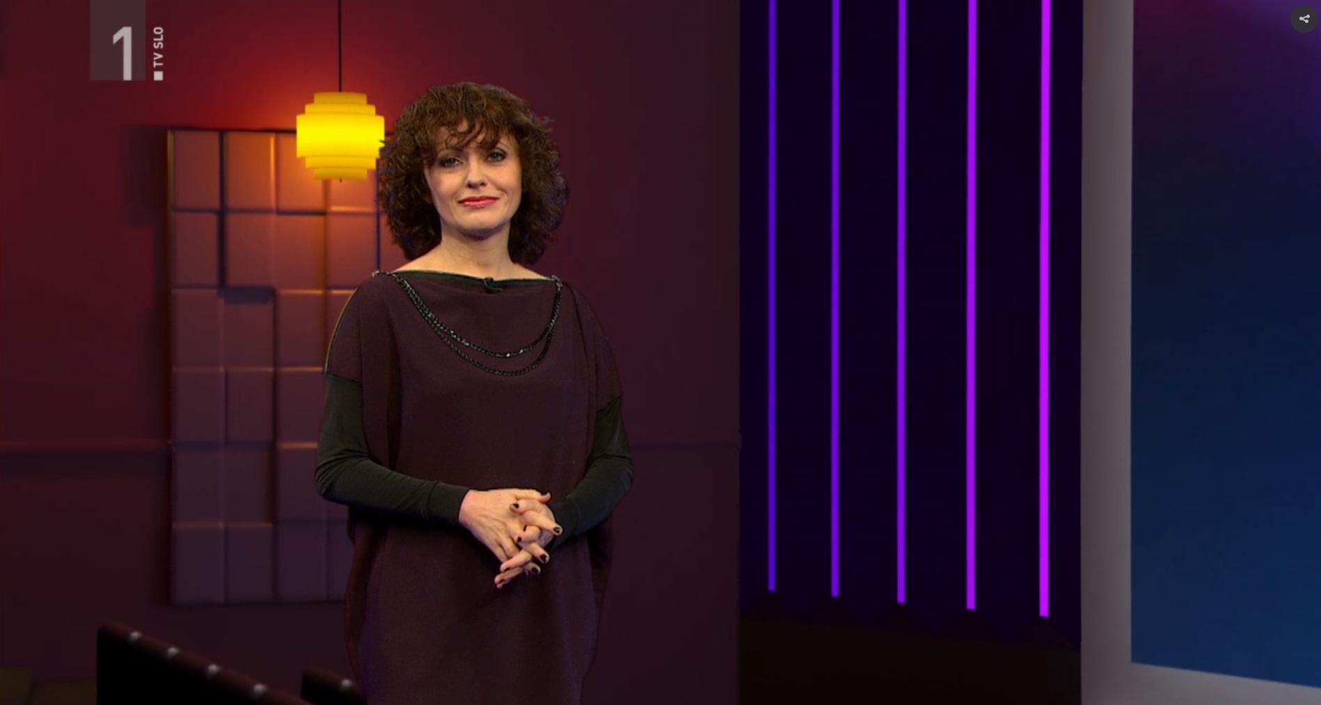 Mateja Valentinčič v oddaji Kinofokus nosi tuniko NI