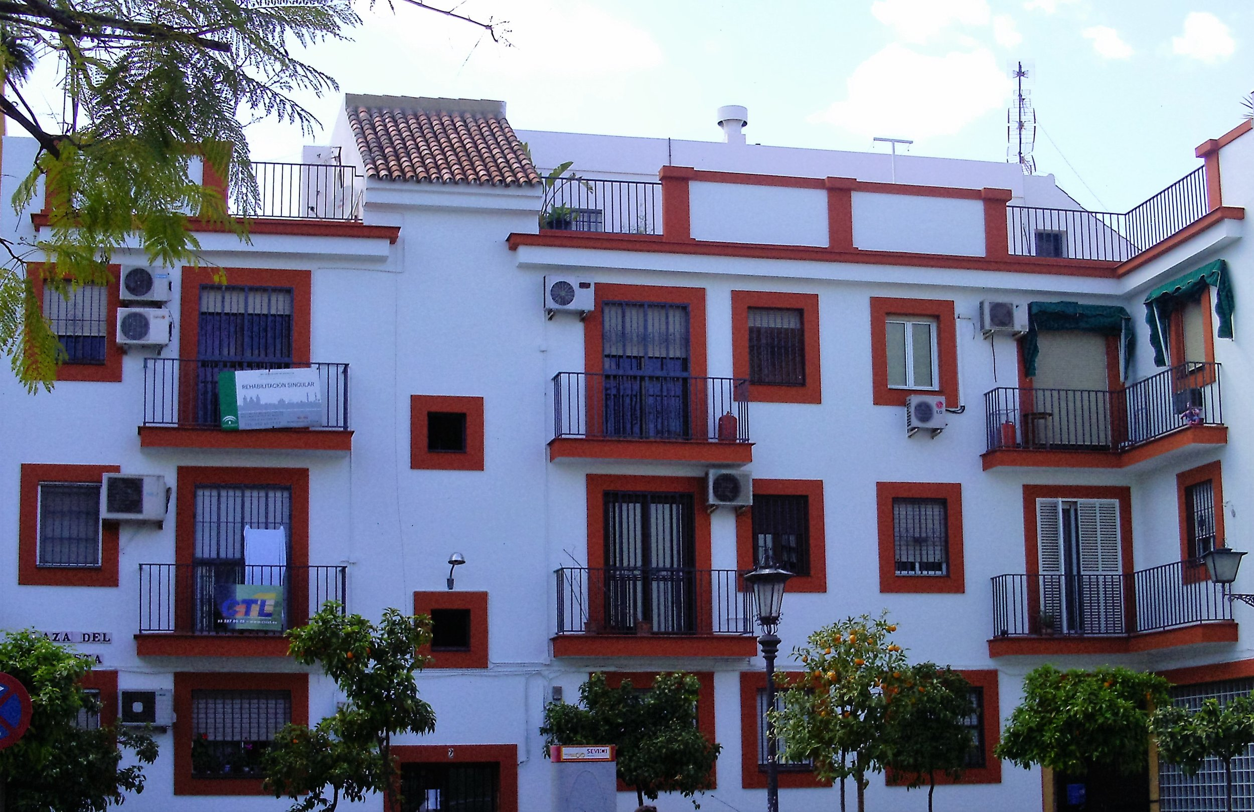 The vast majority of apartments have stand-alone air-conditioning units installed in Southern Spain. With the economic crisis and high unemployment, the question is how many people can afford to use them?   Photo: R.  Cataño-Rosa