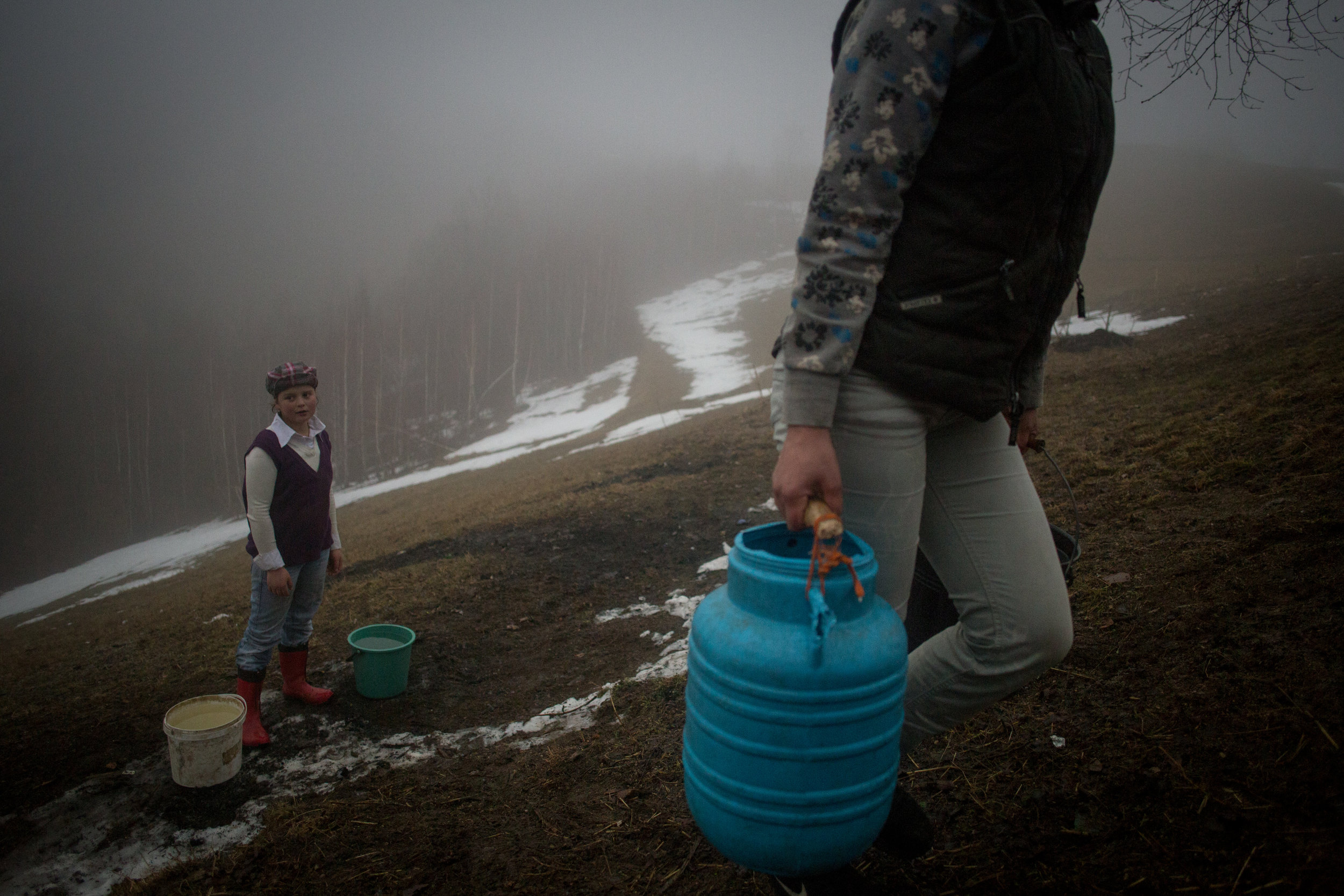 HOLBAV • No electricity means no running water for the Stoichecius. A single mom, Ileana (33) gets help from her daughters Cristina (13), Claudia (9) and Mariana (7).