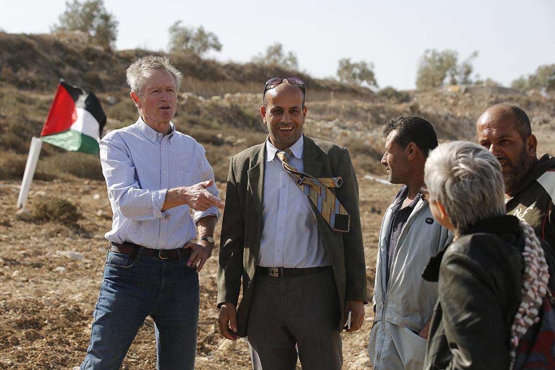 Erik Ader en Abed el Rahman uit Far'ata (midden) zien elkaar na lange tijd opnieuw. El Rahman liet Ader in 2010 een grote verbrande olijfgaard zien in het dorp .