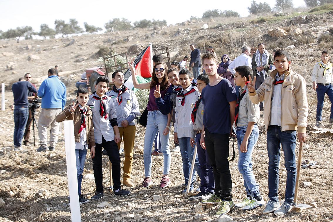 Vrijwilligers van de Olijfbomencampagne en scouts uit Far'ata