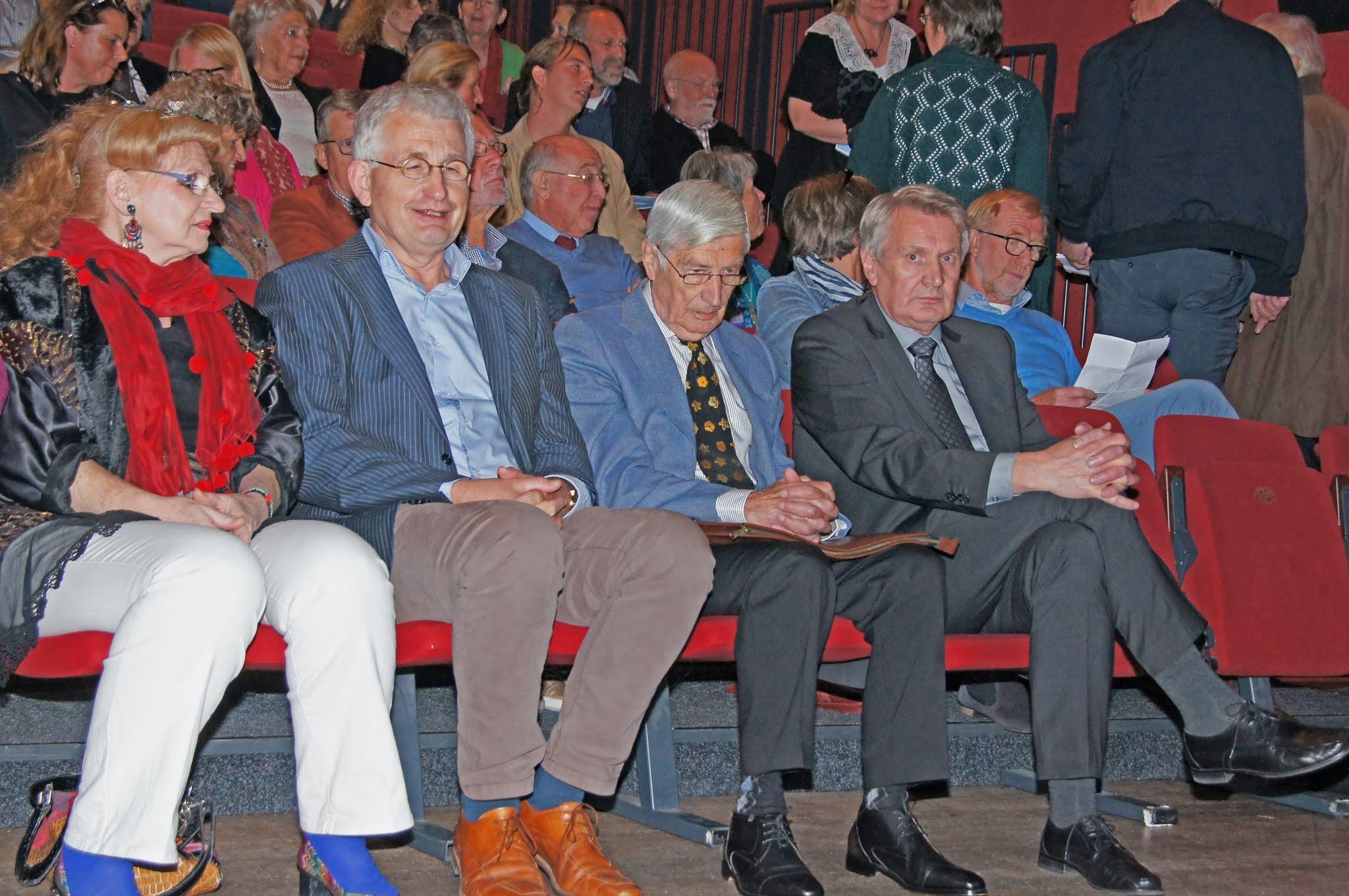 Henri Veldhuis zit naast Dries van Agt en Ingrid Rollema tijdens de filmmiddag van de werkgroep in Culemborg