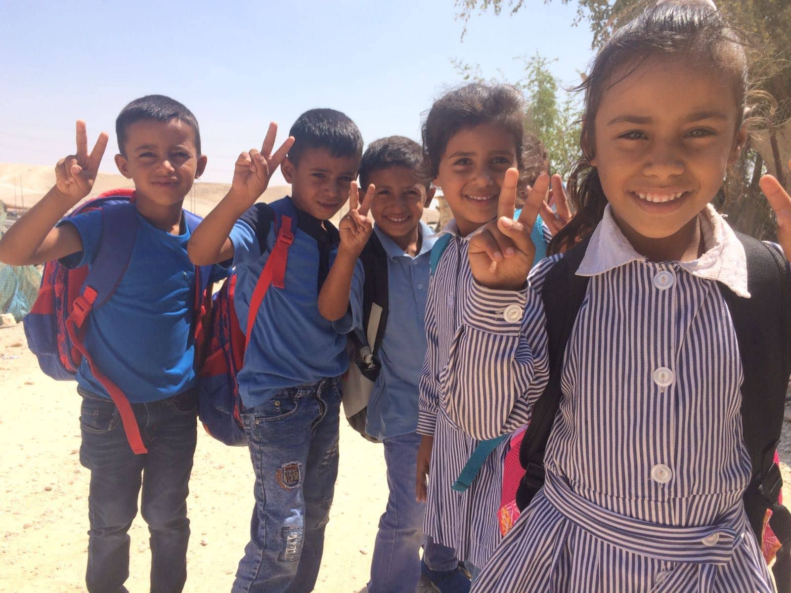 Kinderen uit Khan al-Ahmar tijdens een bezoek van een delegatie van Europese diplomaten, waaronder de vertegenwoordigers van de Europese Unie, 6 september j.l.
