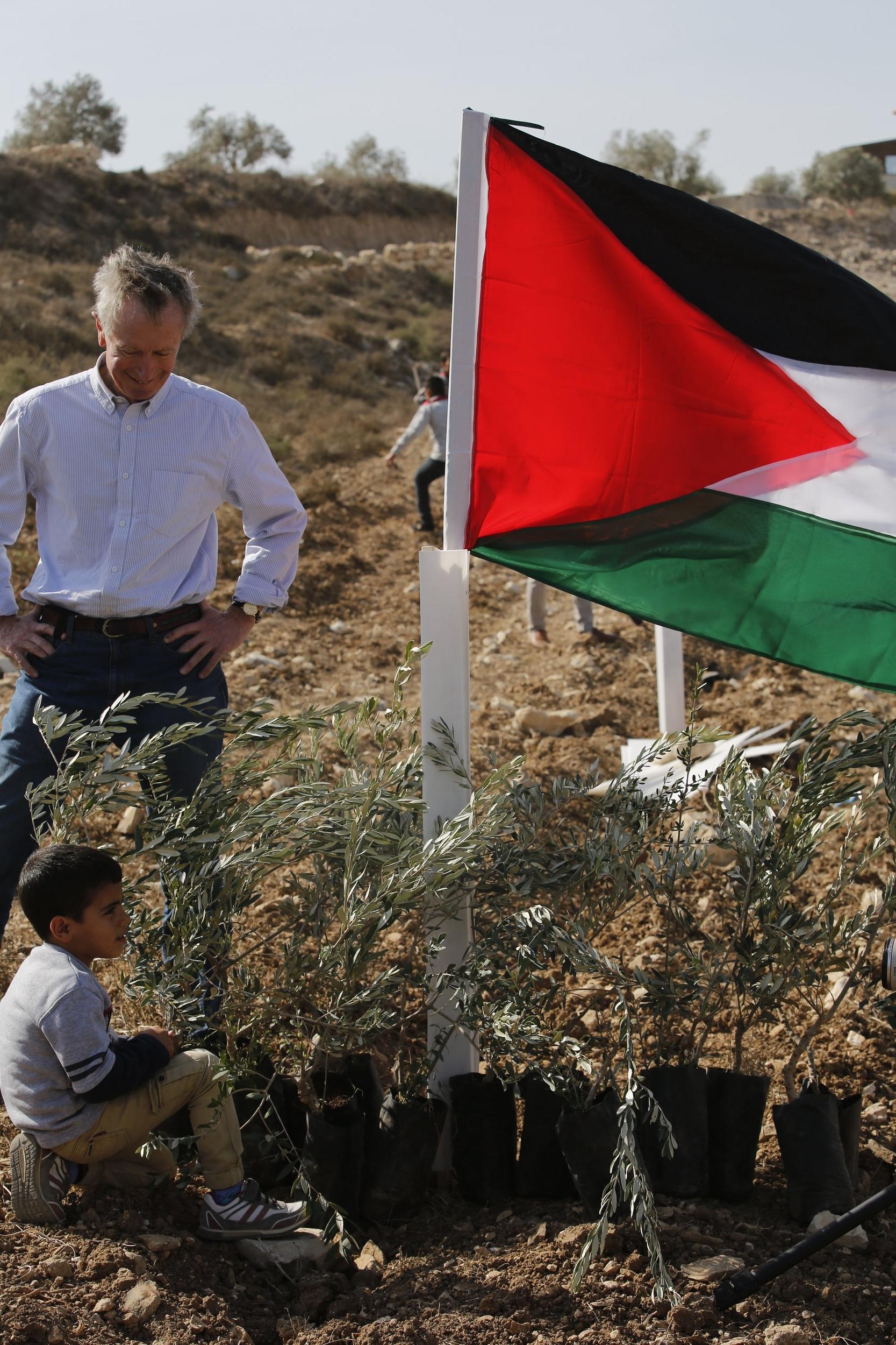 Erik Ader tijdens de aanplant van 1100 olijfbomen in Far'ata