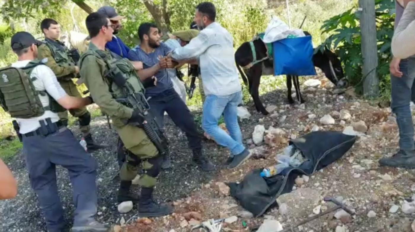 Abd al-Karim Yousif geboeid en omringd door Israëlische soldaten en bewakers [Foto: familie Yousif]