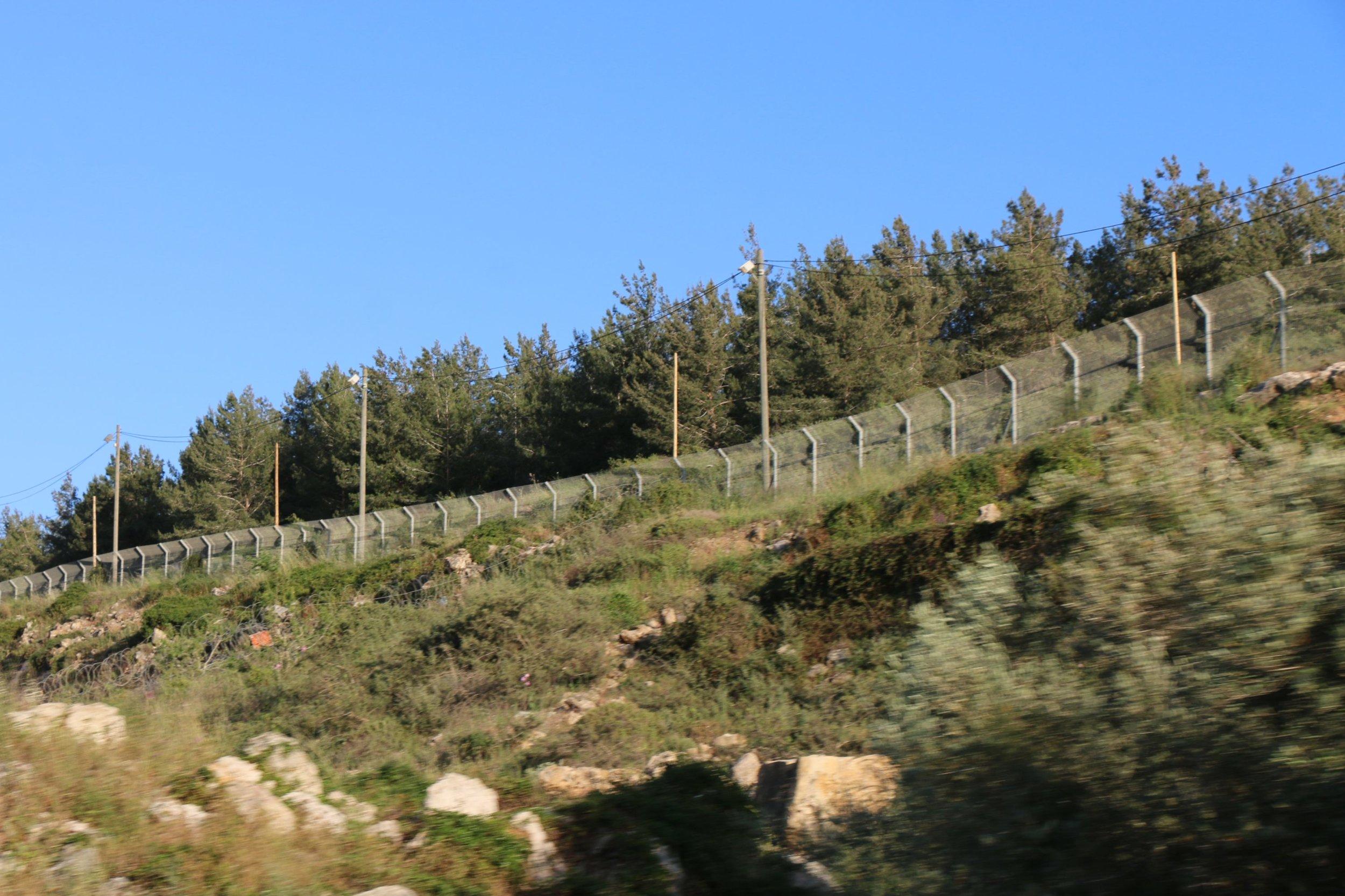 Een Israëlisch hek loopt door het land van de Yousif-familie in de buurt van de illegale Israëlische nederzetting Ariel (MEE / Akram al-Waara)