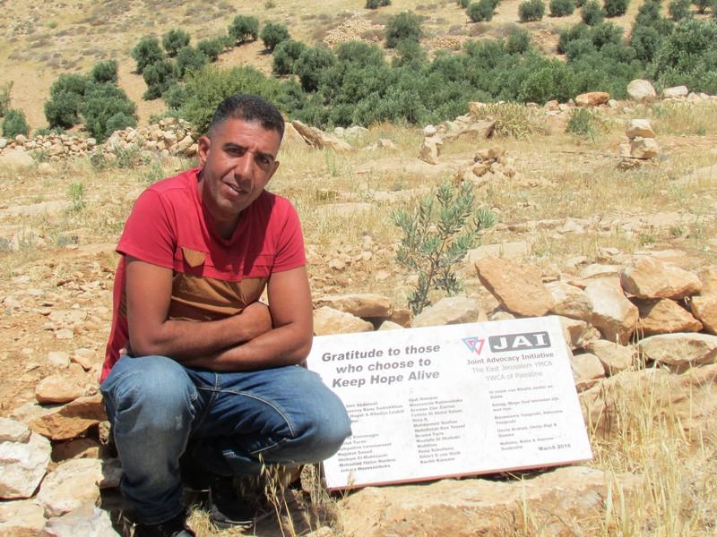 Anwer Hussain Ghazal (34) uit Keisan werd gesteund met 50 gesponsorde olijfbomen, waarvan 20 door Naima