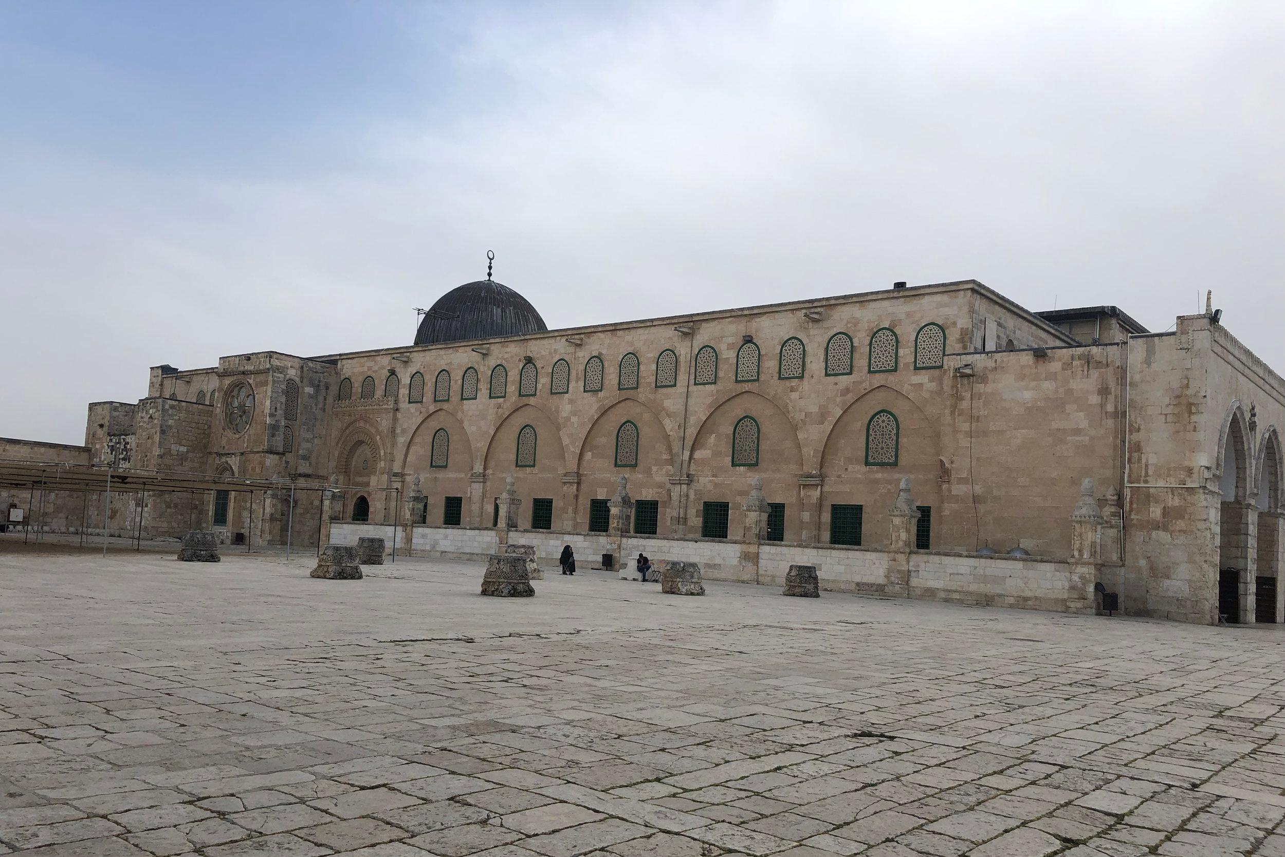 Op het plein staan 5 moskeeën, waaronder Masjid Qibli (deze foto) en Masjid Qubbat As-Sakhrah (Gouden Rotskoepel).