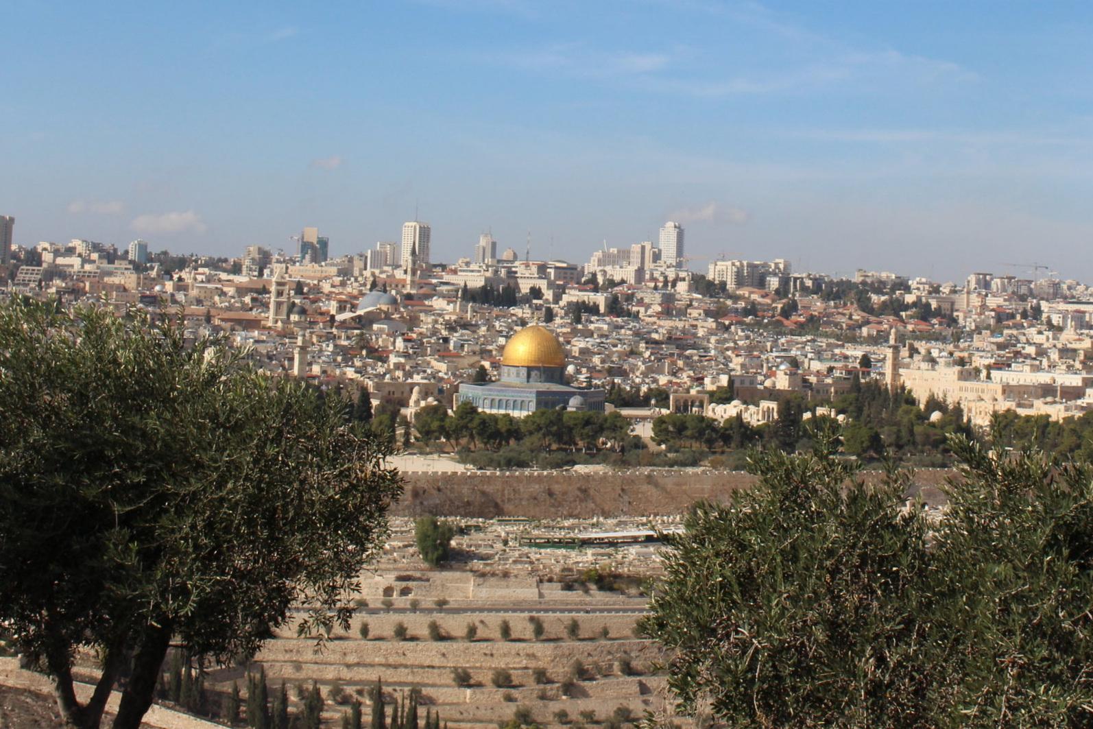 Sommige mensen denken bij het zien van de Gouden Rotskoepel moskee dat (alleen) dat Al Aqsa is. Echter, alles binnen de muren wordt gerekend als Al Aqsa.