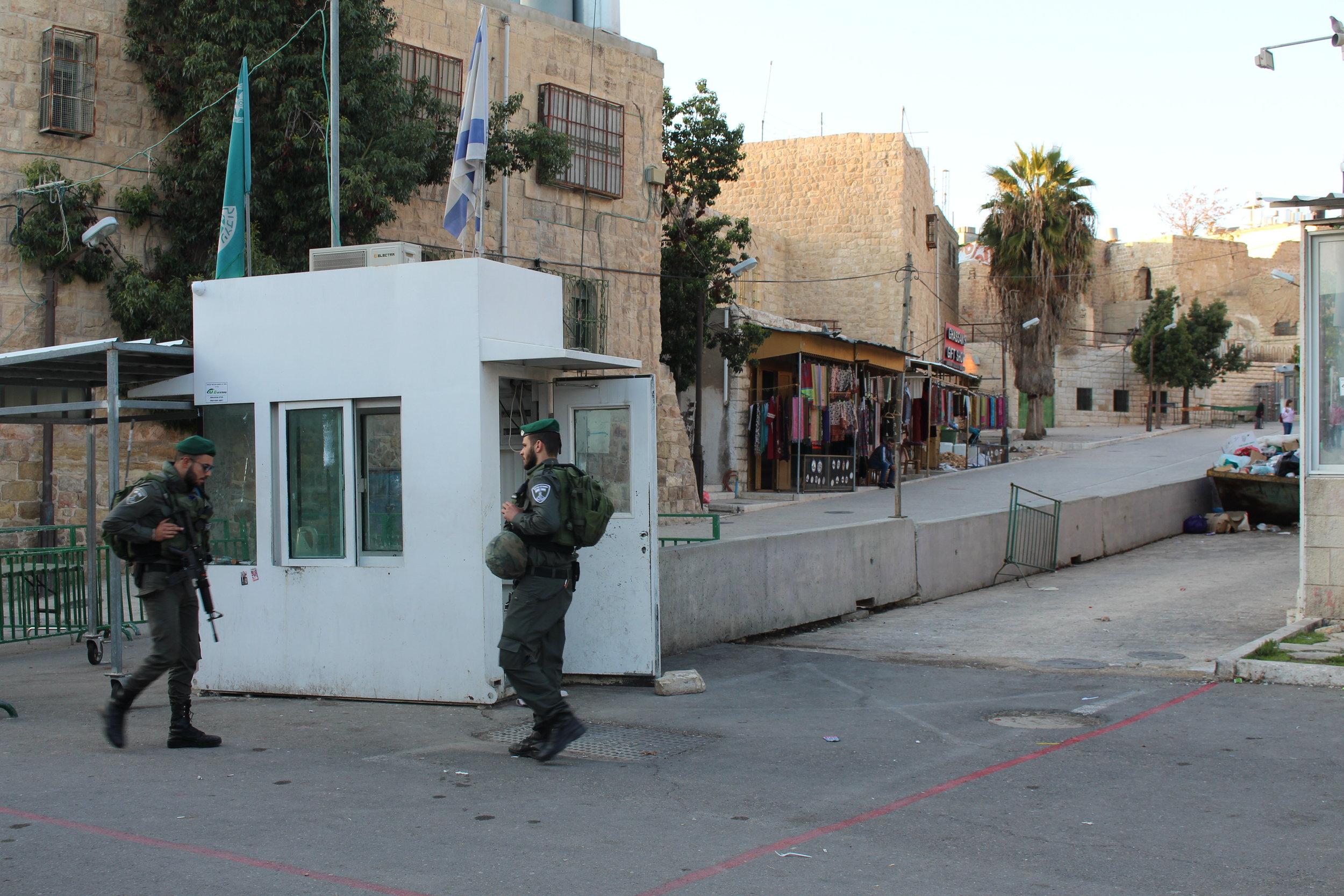 Hebron - bezetting is overal zichbaar 2.JPG