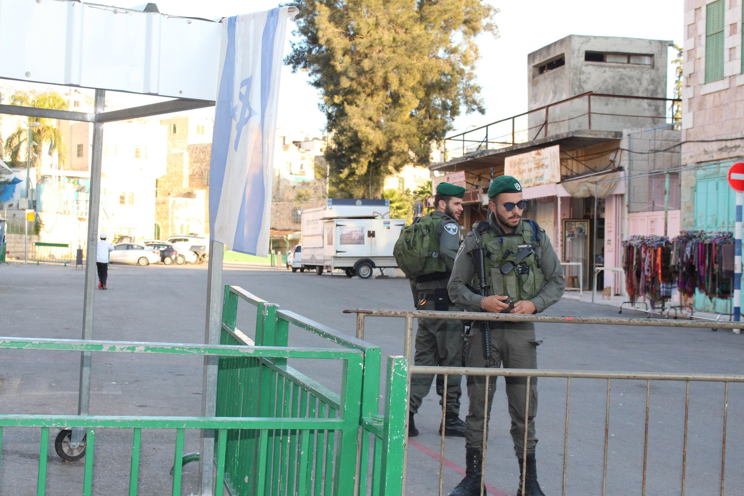 Hebron - bezetting is overal zichbaar.JPG