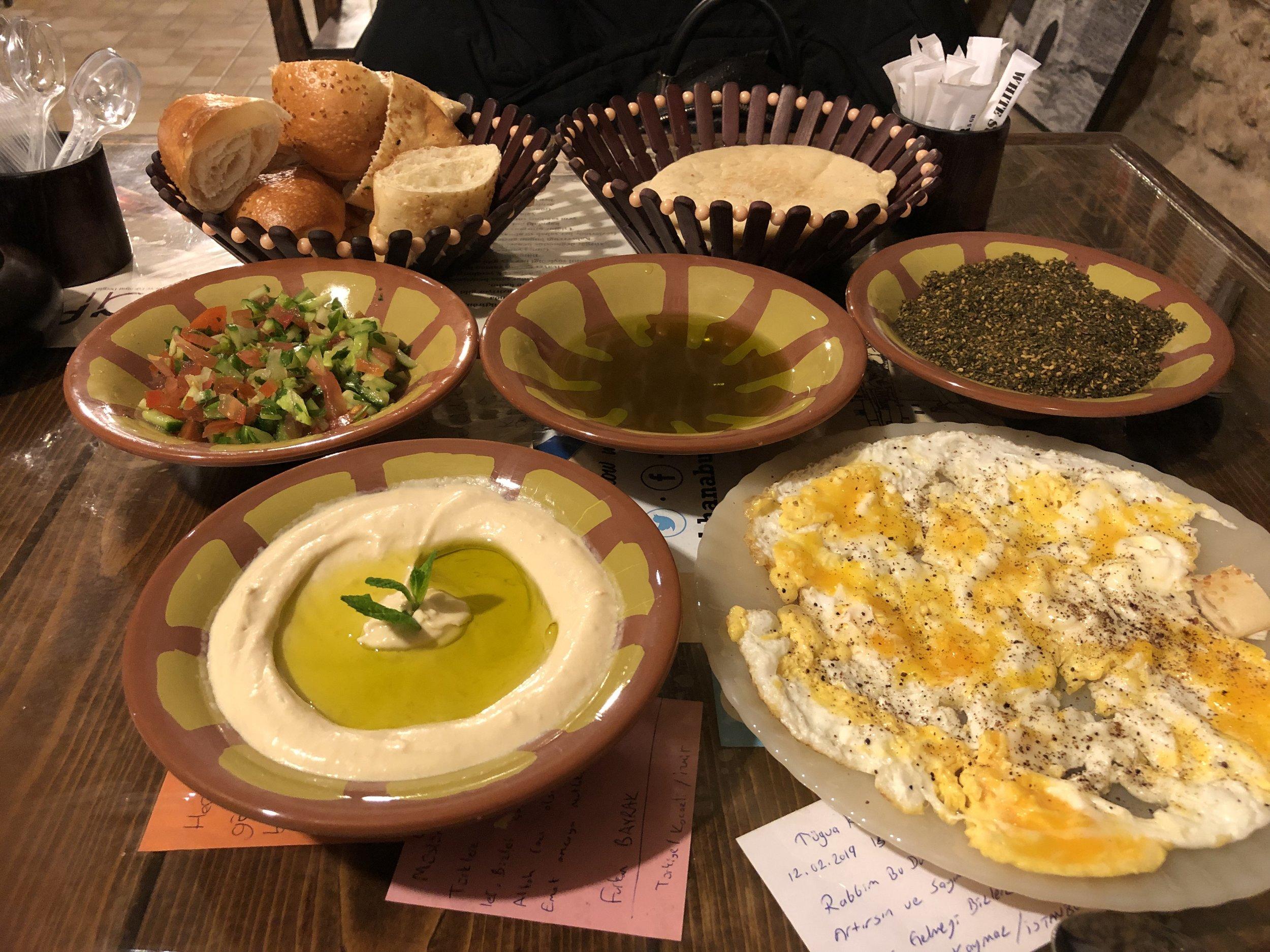 Het typisch Palestijnse ontbijt in de winkel van Emad is niet alleen erg lekker maar is ook een manier om Palestijnse winkeliers te (onder)steunen.